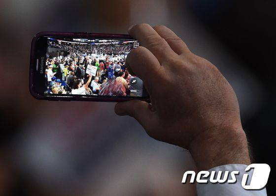 민주당 전대 촬영하는 삼성폰