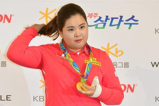 박인비 '붕대 감은 손으로 든 금메달'