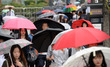 우산 쓴 시민들