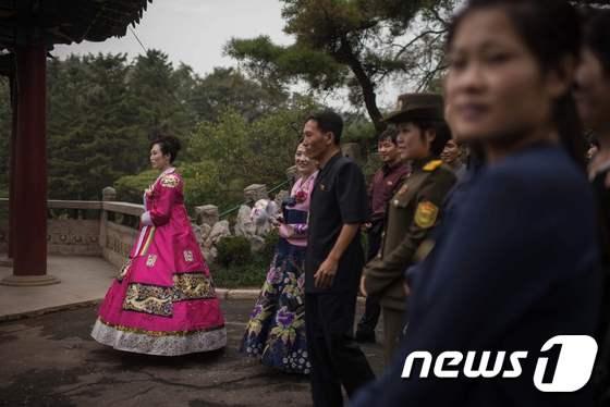 결혼사진 촬영하는 북한 신부