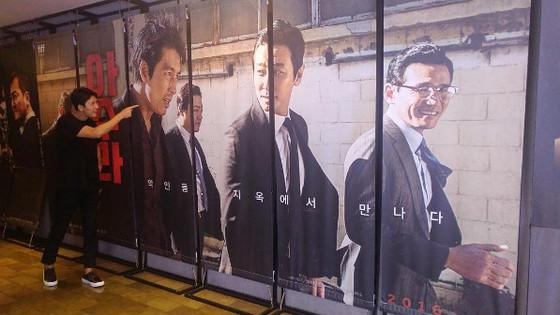 정우성, '아수라' 포스터 인증샷 공개 '익살스런 표정'