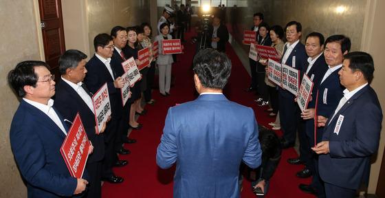 의장실 앞 피켓 시위하는 새누리당