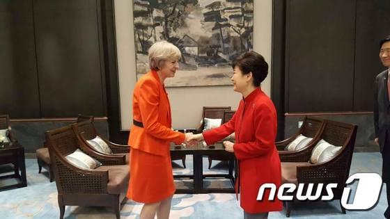 영국 총리와 악수하는 박근혜 대통령