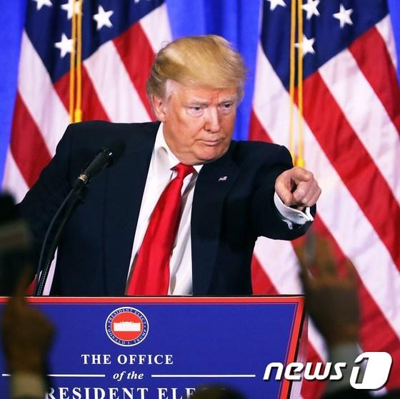 [사진] 트럼프, 당선 후 첫 기자회견서 '버럭'