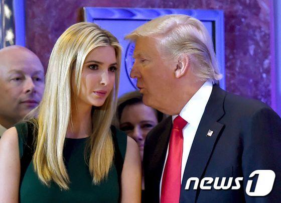 [사진] 귓속말하는 트럼프와 이반카