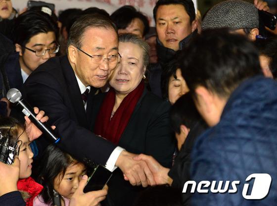 주민들과 인사하는 반기문 전 총장