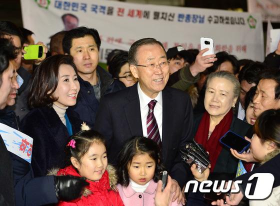 반기문 전 총장, 사당동 주민들의 환영에 '미소 활짝'