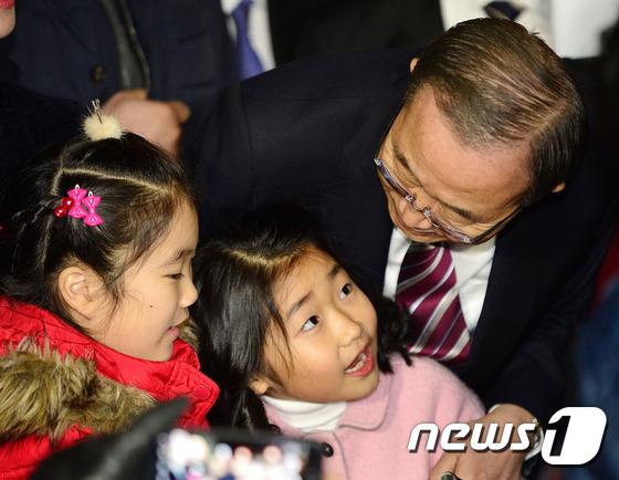 어린이들과 대화하는 반기문 전 총장