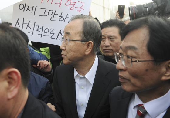 광주 시민들에 항의받는 반기문