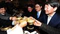 전북지역 청년들과 막걸리 마시는 안철수