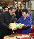 설맞아 전통시장서 쌀 구매하는 홍윤식 장관