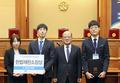 모의헌법재판 경연대회 시상하는 박한철 소장