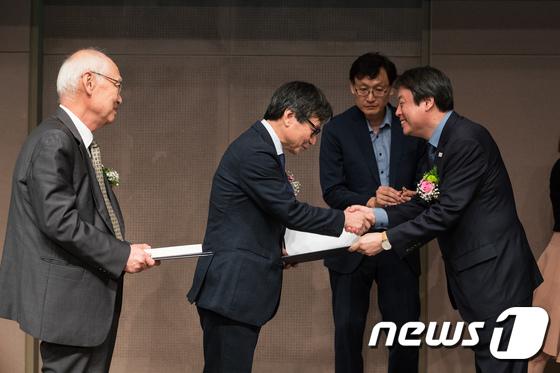 출판문화 대통령 표창 수여하는 도종환 장관