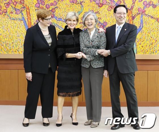 여성장관들 사이에서 멋쩍은 송영무 장관