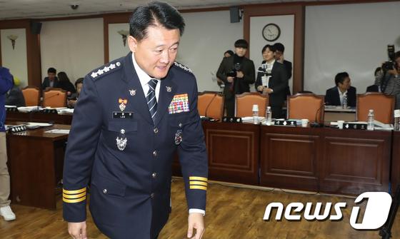 [국감] 행안위 국정감사 파행...감사장 나서는 이철성 경찰청장