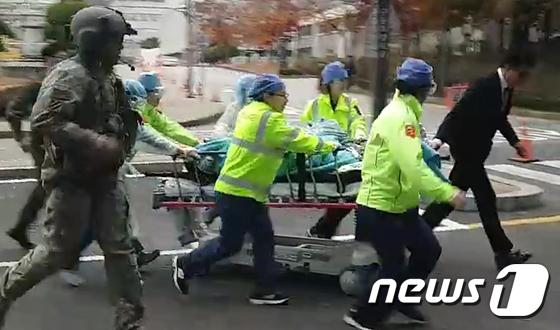 판문점 JSA초소서 북한군1명 귀순…北총격 받고 긴급후송