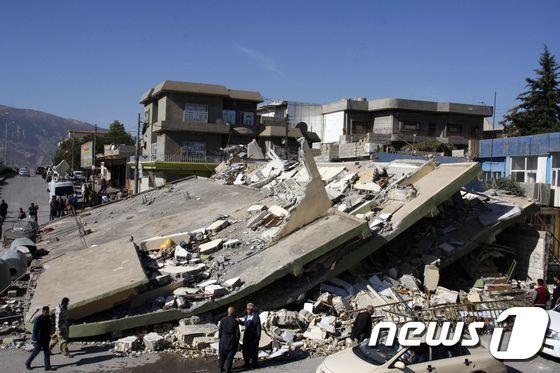 [사진] 이란 강진…폭삭 내려앉은 건물