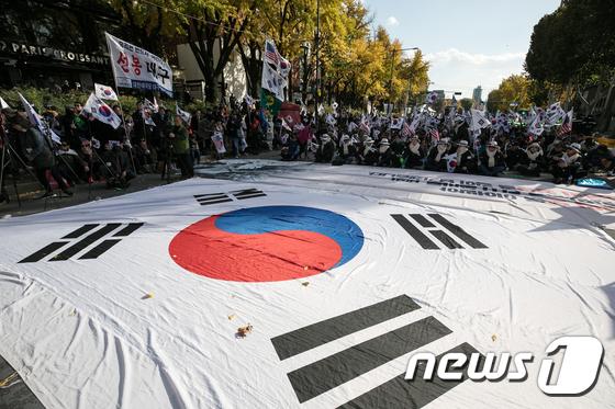 박정희 탄생 100돌, 대학로에 등장한 대형 태극기