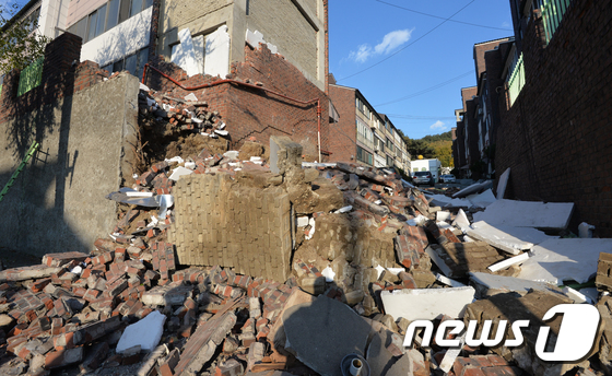 포항 강진에 무너져내린 빌라 외벽