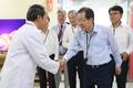 직원들 격려하는 홍준표 자유한국당 대표