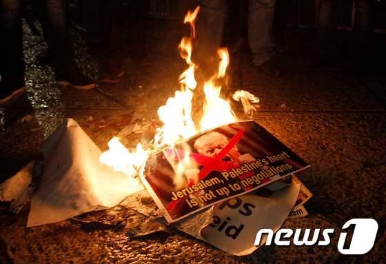 [사진] 트럼프 사진 불태우는 팔레스타인 시위대