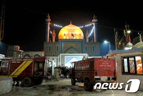 자폭 테러가 발생한 파키스탄 사원