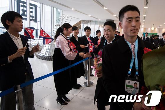 조선총련 환영 받으며 일본 도착한 북한 선수단