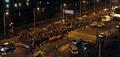 촛불들며 행진하는 시민들