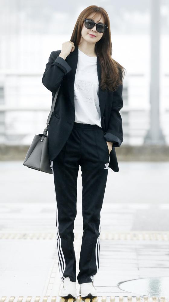 [스타 데일리룩] 이요원, 트레이닝 팬츠+재킷 '이색 공항패션'