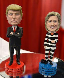 트럼프의 보블헤드 인형과 죄수복 입은 힐러리