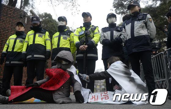 박근혜 전 대통령 자택 앞 지지자들