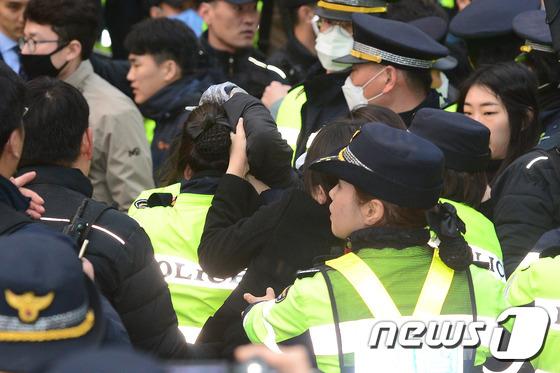 여경 머리채 잡은 박 전 대통령 지지자