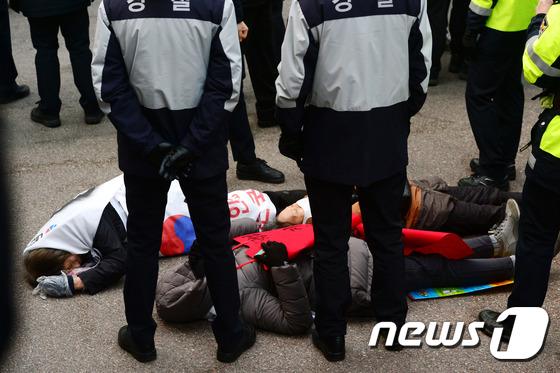 길바닥에 드러누운 박 전 대통령 지지자들