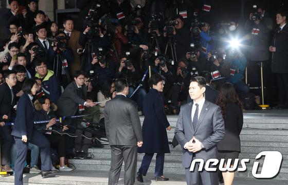 박근혜 전 대통령 검찰소환에 쏠린 관심