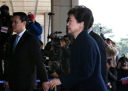 檢 '피의자 박근혜' 구속영장…뇌물수수 등 혐의