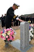 천안함 희생자 묘비 어루만지는 최원일 함장