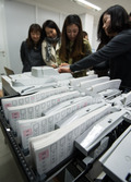 투표지분류기 실습하는 선관위 관리담당 직원들