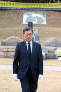 이봉창-윤봉길-백정기 삼의사 묘역 참배 마친 문재인