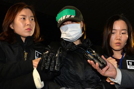 경찰서 들어서는 시흥 30대女 살해·방화범