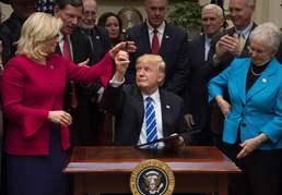"""트럼프 """"서명한 펜 가지세요"""""""