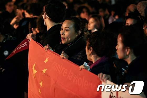 중국인들 파리 경찰서 앞 항의시위