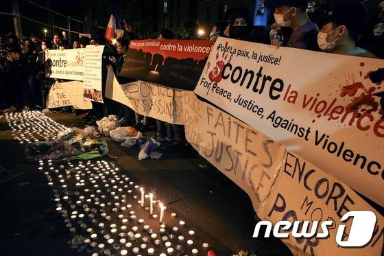 """파리 경찰서 앞  """"폭력 반대…평화 지지"""""""