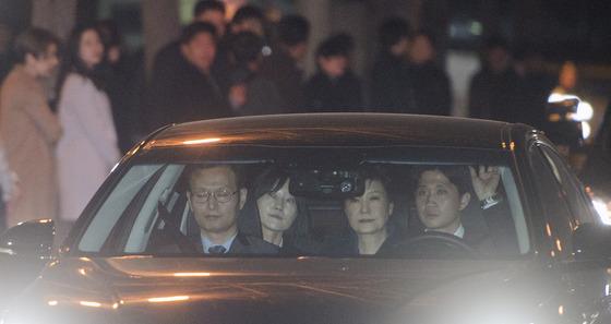 차량 타고 검찰 이동하는 박근혜
