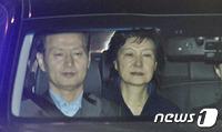"""朴 전 대통령 '구속'…法 """"범죄 혐의 소명·증거인멸 우려""""(종합)"""