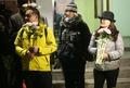 구속 축하 꽃 든 시민들