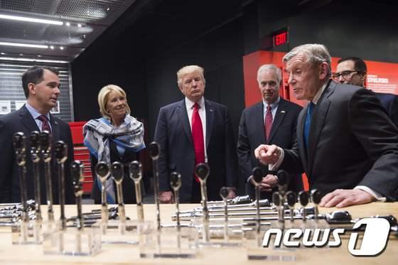 [사진] \'스냅온\' 본사 방문한 트럼프