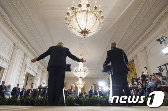 [사진] 기자회견장의 트럼프와 伊 총리