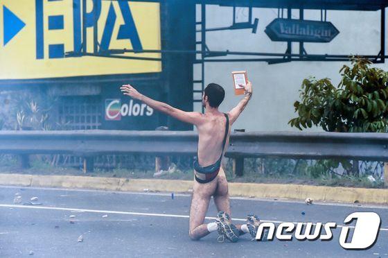 """[사진] """"마두로 퇴진하라"""" 벌거벗은 시위대"""