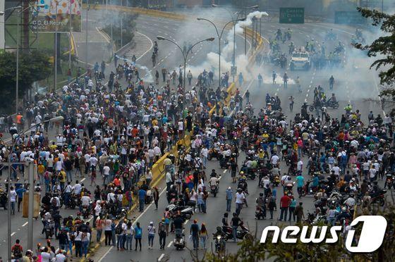 """[사진] """"시가전 방불"""" 베네수엘라 반정부 시위"""