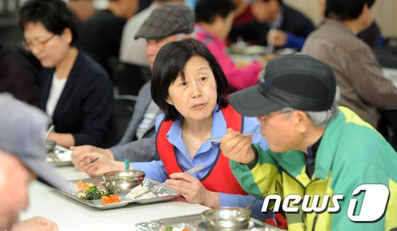 어르신들과 식사하는 김미경 교수